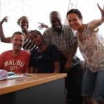 Spass im NAFGEM-Buero: Anna und ich mit NAFGEM-Fahrer Lyimo, Juliana und Mitarbeiterin Asifiwe (2.v.l.).